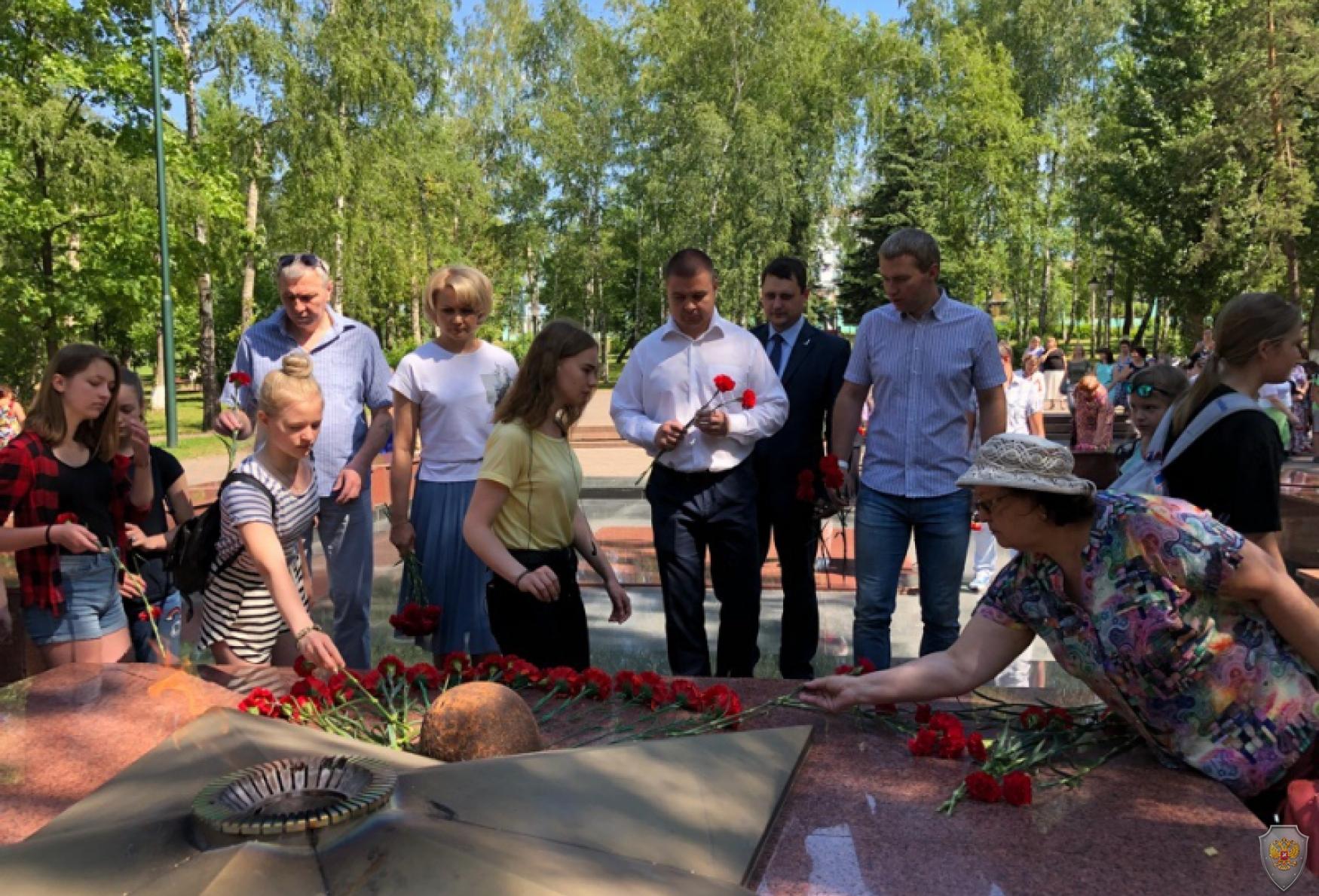 Возложение цветов к памятнику погибших воинов