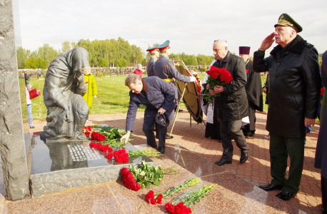 Возложение венков к памятнику павшим.