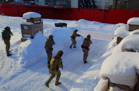 Сотрудники подразделения специального назначения выдвигаются для занятия боевых позиций