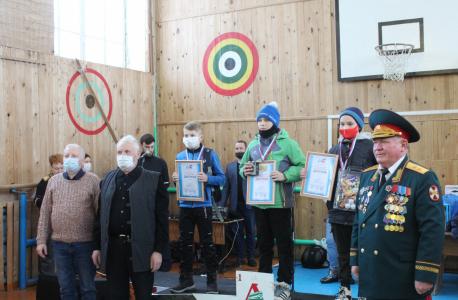 Торжественное награждение победителей лыжных гонок.