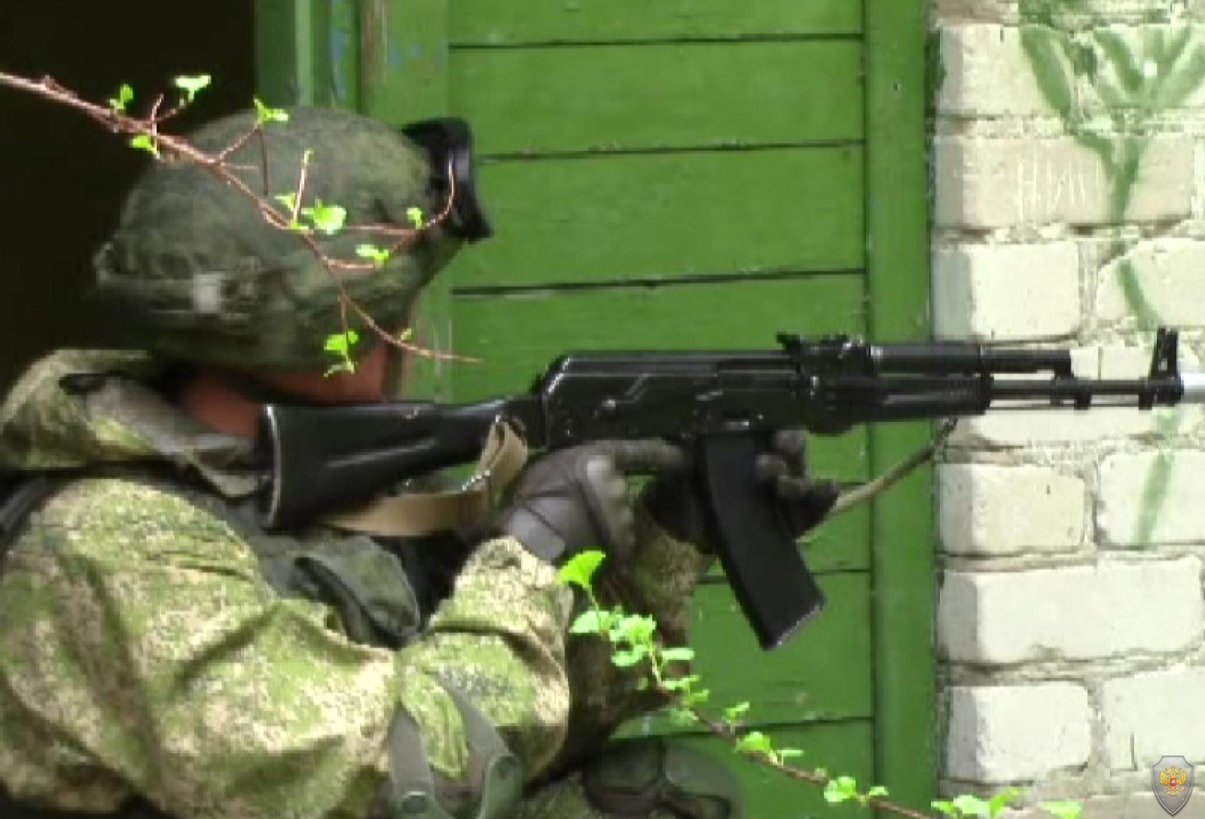 Военнослужащий группы оцепления контролирует обстановку в захваченном населённом пункте