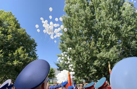 Запуск в небо белых воздушных шаров в память о погибших в Беслане детях