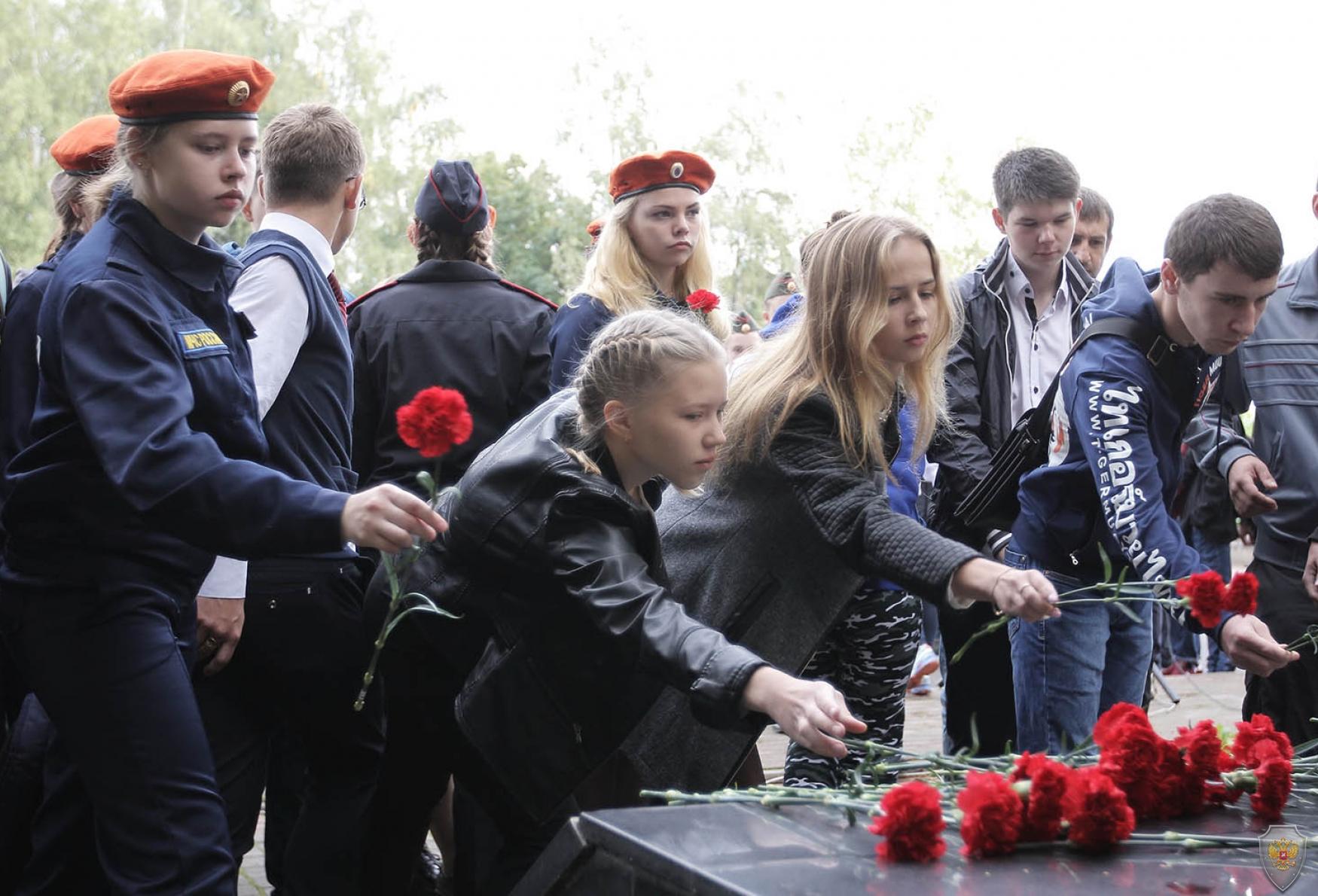 Возложение цветов к памятнику воинам-интернационалистам в Октябрьском сквере г. Вологда