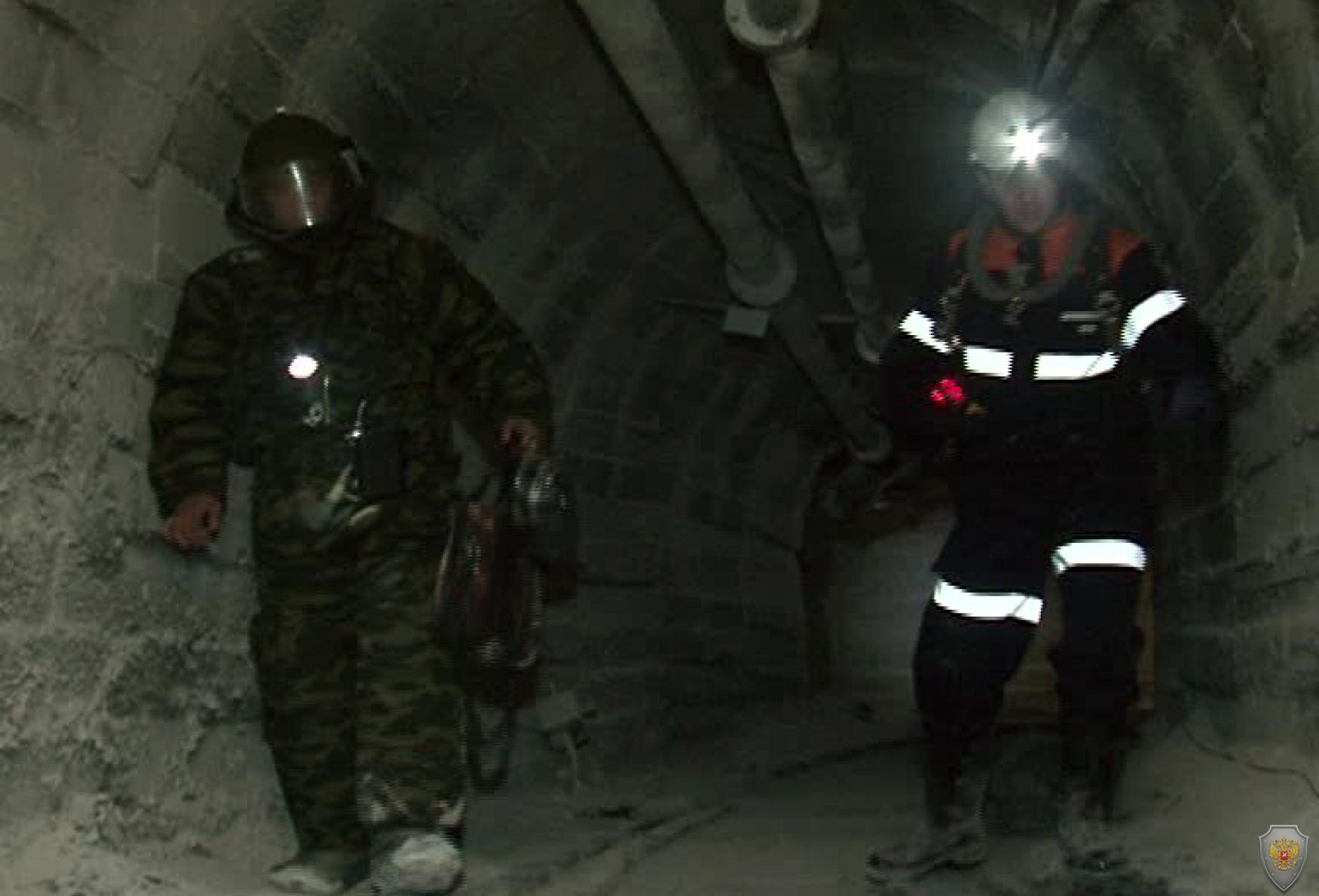 Сотрудники ВГСО и ОМОН группы ликвидации угрозы взрывов осуществляют поиск взрывных устройств в шахте