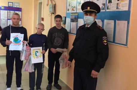 В Оренбургской области сотрудники полиции совместно с общественниками провели конкурс рисунков среди воспитанников детского дома г. Абдулино