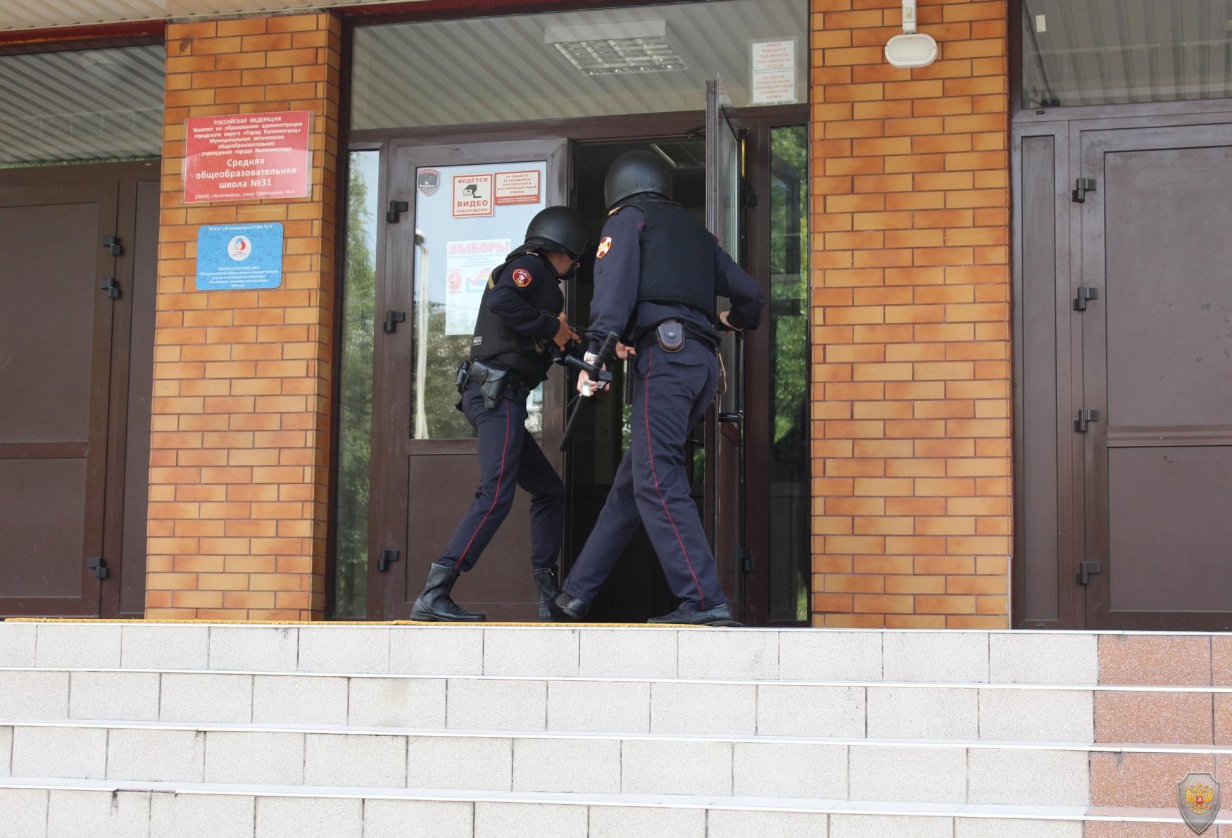 В Калининграде Росгвардейцы проверили готовность школ к новому учебному году