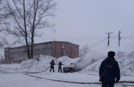 Пожарный расчёт ликвидирует возгорание подорванного автомобиля