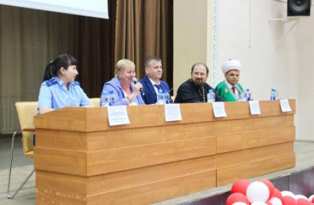 В Оренбурге сотрудник полиции и представитель Общественного совета приняли участие в межвузовском круглом столе